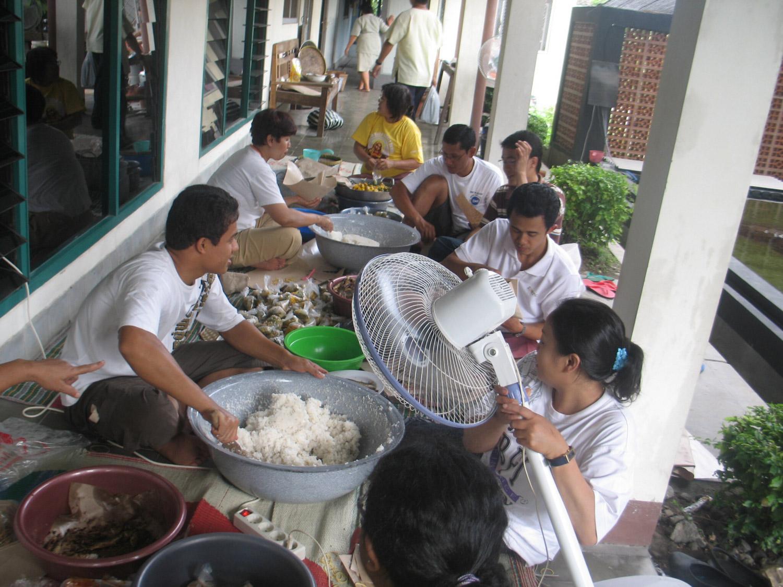 <b>Erupción del Merapi - Los escolásticos ayudan a preparar la comida</b><br>14 Noviembre 2011